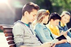 Adolescente feliz con el ordenador de la PC de la tableta al aire libre Imagenes de archivo