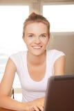 Adolescente feliz con el ordenador portátil Imágenes de archivo libres de regalías