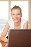 Adolescente feliz con el ordenador portátil Fotografía de archivo libre de regalías