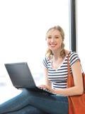 Adolescente feliz con el ordenador portátil Imagen de archivo libre de regalías