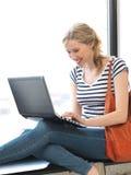 Adolescente feliz con el ordenador portátil Imagenes de archivo