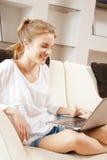 Adolescente feliz con el ordenador portátil Fotos de archivo