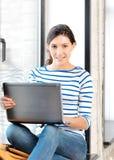 Adolescente feliz con el ordenador portátil Foto de archivo