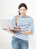 Adolescente feliz con el ordenador portátil Foto de archivo libre de regalías