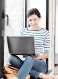 Adolescente feliz con el ordenador portátil Fotos de archivo libres de regalías
