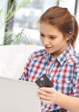 Adolescente feliz con el ordenador portátil y la tarjeta de crédito Fotos de archivo libres de regalías