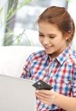 Adolescente feliz con el ordenador portátil y la tarjeta de crédito Imágenes de archivo libres de regalías