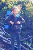 Adolescente feliz, con el pelo del vuelo, en cuesta de montaña Imagen de archivo