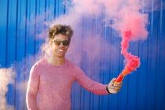 Adolescente feliz con el pelo rizado y la granada de humo Fotos de archivo libres de regalías