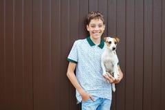 Adolescente feliz con el perro Fotografía de archivo libre de regalías