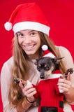 Adolescente feliz con el perro en retrato de la Navidad Foto de archivo libre de regalías