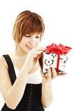 Adolescente feliz con el rectángulo de regalo Foto de archivo
