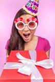Adolescente feliz con el rectángulo de regalo Fotos de archivo libres de regalías