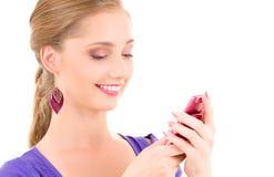 Adolescente feliz con el teléfono celular Fotos de archivo