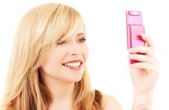 Adolescente feliz con el teléfono celular Fotografía de archivo