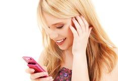 Adolescente feliz con el teléfono celular Fotos de archivo libres de regalías