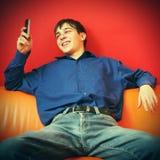 Adolescente feliz con el teléfono móvil Foto de archivo libre de regalías