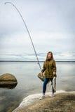 Adolescente feliz con el trofeo de la pesca Imagen de archivo libre de regalías