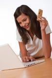 Adolescente feliz con la barra de la proteína de la explotación agrícola de la computadora portátil Fotos de archivo libres de regalías
