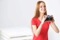 Adolescente feliz con la cámara del vintage Fotografía de archivo libre de regalías