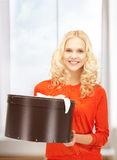 Adolescente feliz con la caja de regalo Foto de archivo libre de regalías