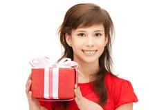 Adolescente feliz con la caja de regalo Imágenes de archivo libres de regalías