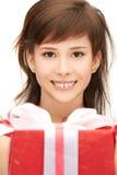 Adolescente feliz con la caja de regalo Fotos de archivo libres de regalías