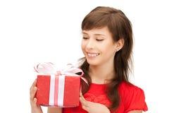 Adolescente feliz con la caja de regalo Fotografía de archivo libre de regalías