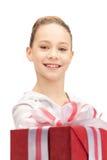 Adolescente feliz con la caja de regalo Fotos de archivo