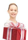 Adolescente feliz con la caja de regalo Foto de archivo