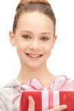 Adolescente feliz con la caja de regalo Imagen de archivo