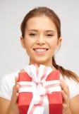 Adolescente feliz con la caja de regalo Fotografía de archivo