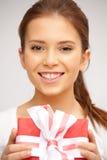 Adolescente feliz con la caja de regalo Imagenes de archivo