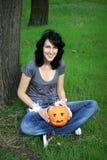 Adolescente feliz con la calabaza Fotos de archivo
