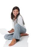 Adolescente feliz con la computadora portátil Fotografía de archivo libre de regalías