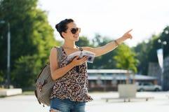 Adolescente feliz con la guía turística y la mochila Imagen de archivo