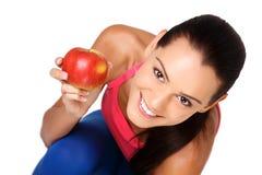 Adolescente feliz con la manzana en el fondo blanco Fotos de archivo