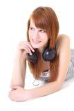 Adolescente feliz con la mentira de los auriculares Fotografía de archivo