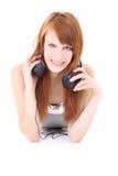 Adolescente feliz con la mentira de los auriculares Foto de archivo libre de regalías