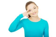 Adolescente feliz con la muestra de la victoria en ojo Fotografía de archivo