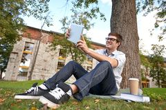 Adolescente feliz con la PC de la tableta que toma el selfie Fotos de archivo libres de regalías
