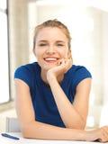 Adolescente feliz con la pluma y el papel Foto de archivo libre de regalías