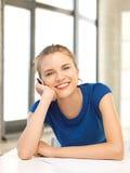 Adolescente feliz con la pluma y el papel Imagenes de archivo