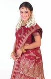 Adolescente feliz con la sari roja Fotos de archivo libres de regalías