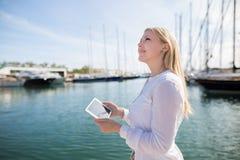 Adolescente feliz con la tableta digital al aire libre Foto de archivo libre de regalías