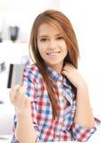 Adolescente feliz con la tarjeta de crédito Foto de archivo libre de regalías