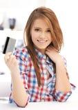 Adolescente feliz con la tarjeta de crédito Fotos de archivo
