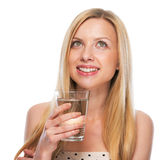 Adolescente feliz con la taza de agua que mira en espacio de la copia Fotos de archivo