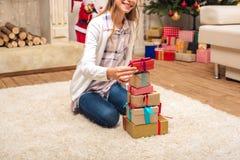Adolescente feliz con las cajas de regalo Foto de archivo libre de regalías