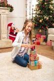 Adolescente feliz con las cajas de regalo Imágenes de archivo libres de regalías